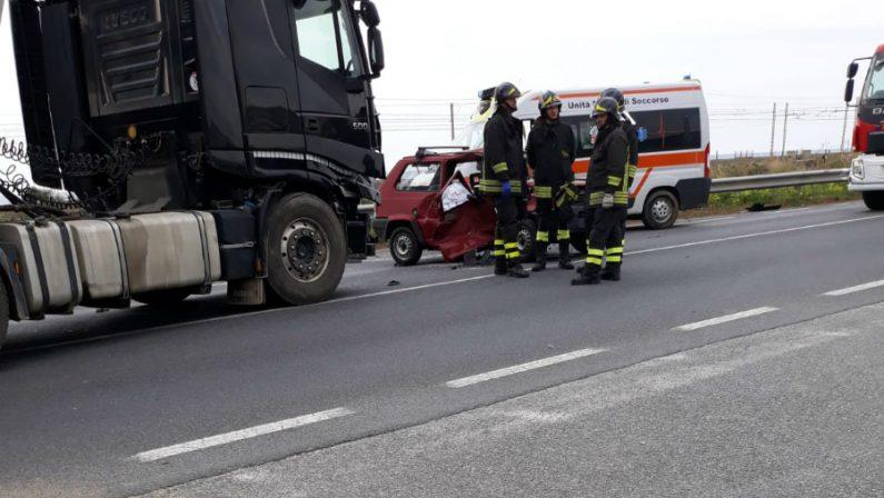 Grave incidente stradale sulla statale 18 nel Cosentino  Un uomo è morto e una donna versa in gravi condizioni