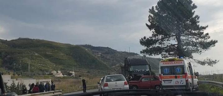 FOTO - Incidente stradale sulla statale 18 nel Cosentino: morto un uomo, grave la moglie
