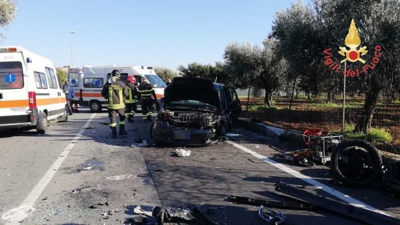 Violento scontro tra due auto a Lamezia, feritiAlcuni estratti dalle lamiere dai vigili del fuoco