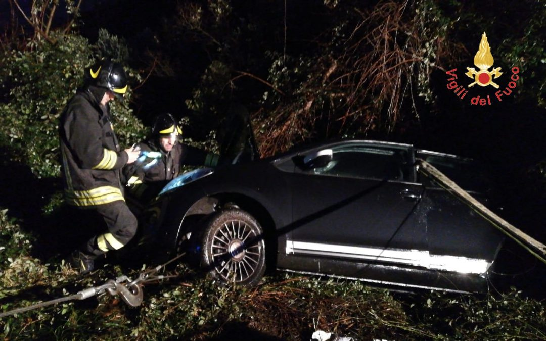 Autovettura fuori strada in un burrone a Lamezia  Passeggeri riescono ad uscire dalla macchina