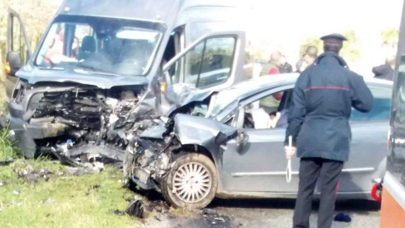 Scontro tra auto e furgone che trasportava comitiva Morto un uomo di 42 anni, diversi feriti nel Vibonese
