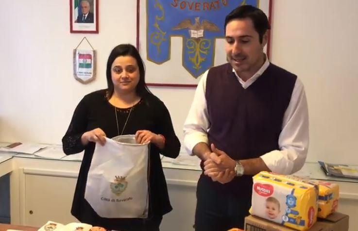 """Il Comune regala il """"kit bebé"""" ai nuovi nati  Anche un fondo pensione nell'iniziativa di Soverato"""