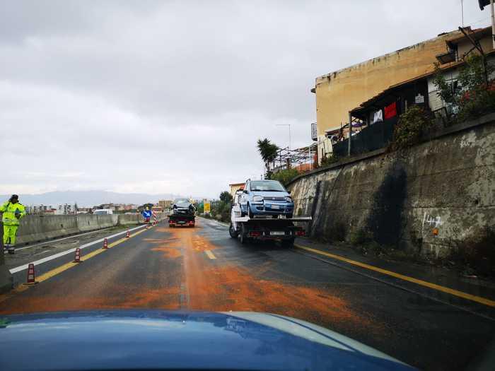 Un camion disperde gasolio sull'autostrada A2Traffico deviato e rallentato nei pressi di Reggio