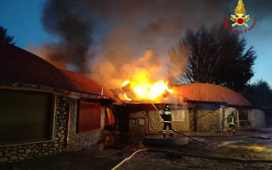 Muore l'uomo che ha incendiato negozi nel Crotonese  Gravi le ustioni per l'attentato a villaggio Palumbo