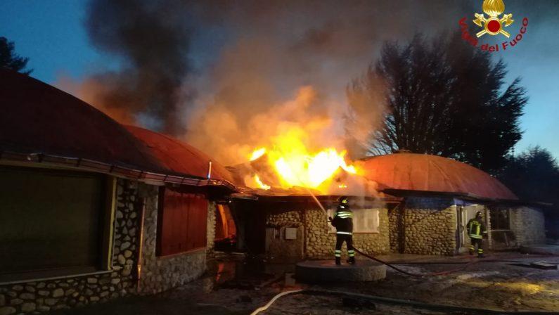 Incendio nella notte in località Villaggio Palumbo a CotroneiDistrutta parte della struttura che ospitava dei negozi
