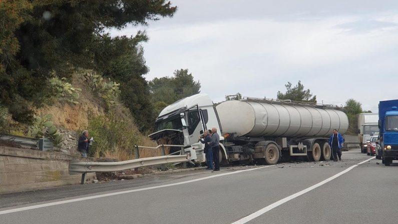 Incidente stradale nel Cosentino, ferito un catanzareseMedico in prognosi riservata dopo lo scontro col Tir