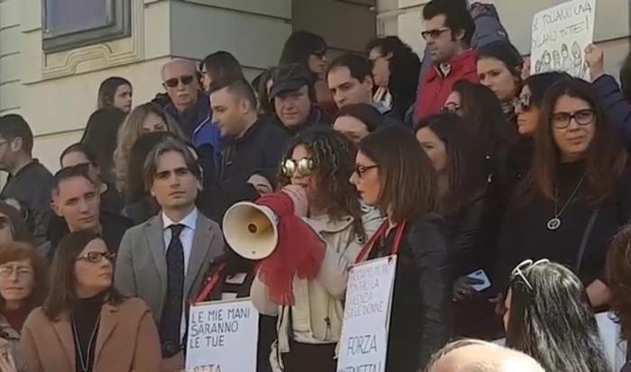 Una catena umana per Maria Antonietta RositaniIn centinaia a Reggio Calabria, c'è anche la figlia della donna