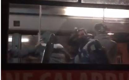 Rissa sull'autobus del servizio urbano a Lamezia Terme  Calci e pugni davanti ad una passeggera e all'autista