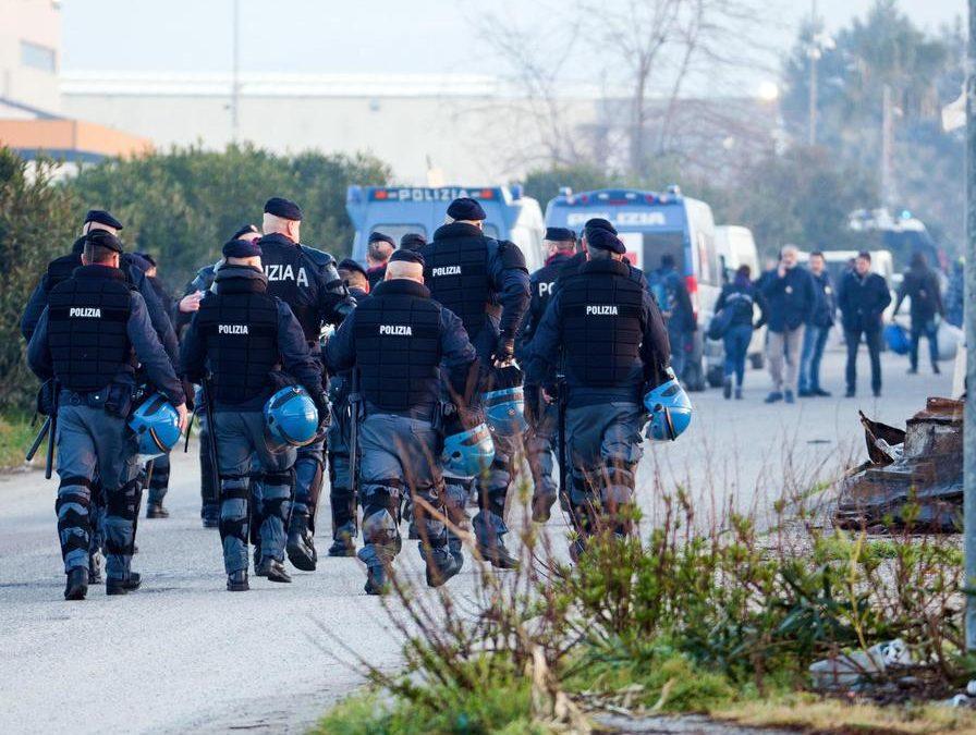 Sgomberata e abbattuta la baraccopoli di San Ferdinando  Il ministro Salvini: «Noi passiamo dalle parole ai fatti»