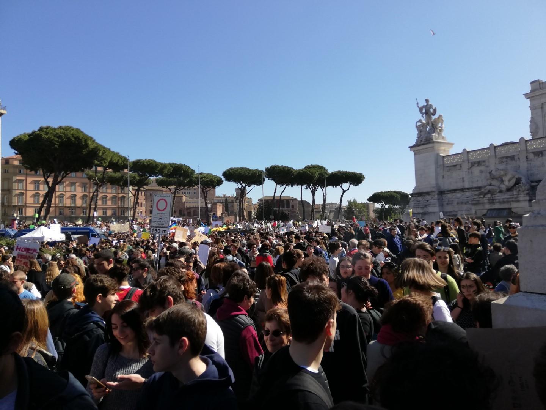 """Fridays for Future, la Generazione Greta scende in piazza  In migliaia in corteo per dire stop al """"climate change"""""""