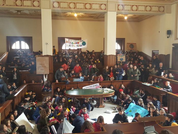 Friday for Future, grande partecipazione in Calabria  In molte città studenti in piazza a difesa dell'ambiente