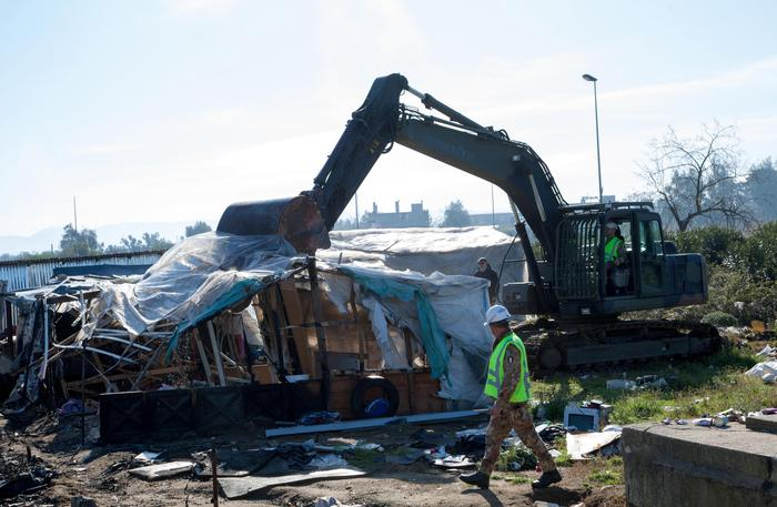 Migranti, scritte contro prefetto e vicepremier SalviniAttacchi a Rosarno dopo demolizione della baraccopoli