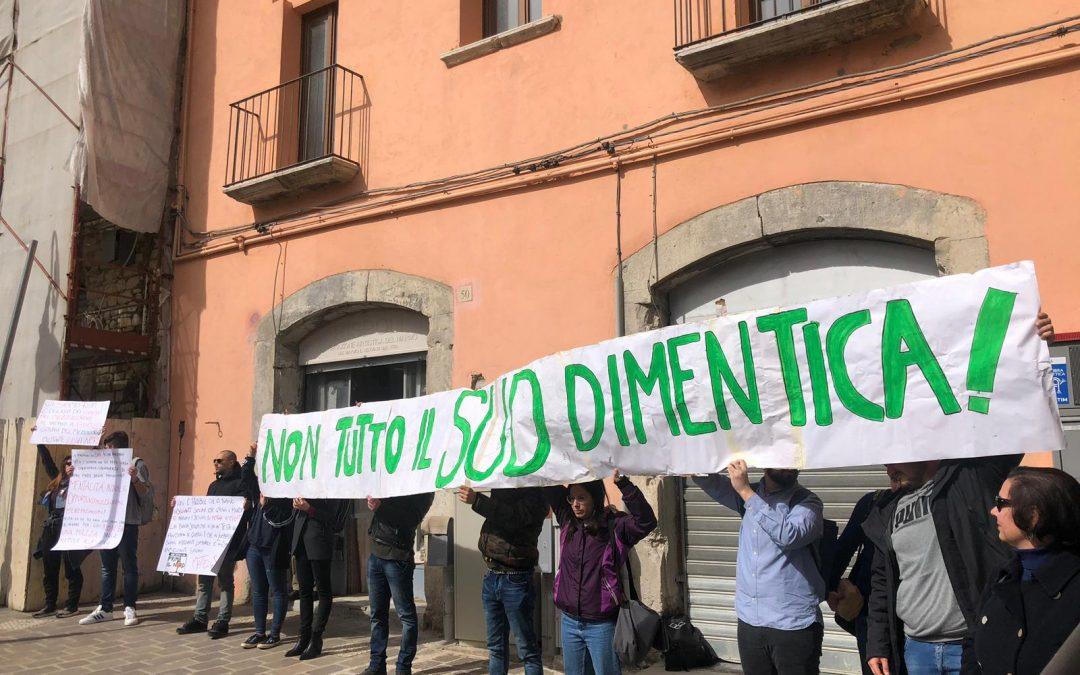 """IL VIDEO – """"Non tutto il sud dimentica"""": contestatori contro Matteo Salvini a Potenza"""