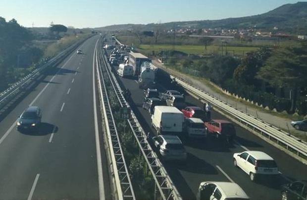 Travolto da un camion, morto un uomo in autostradaIncidente sull'A2 vicino Lamezia, è giallo sulle cause
