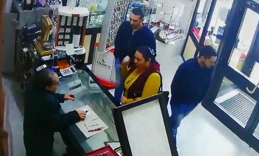 """VIDEO – Rubano gioielli e orologi per 60.000 euro: le immagini del """"colpo"""" nel Catanzarese"""