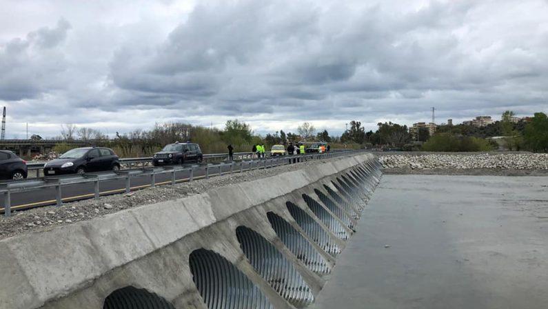 """Aperto il """"guado"""" sul fiume Allaro nel Reggino  Il tracciato consente la circolazione sulla statale 106"""