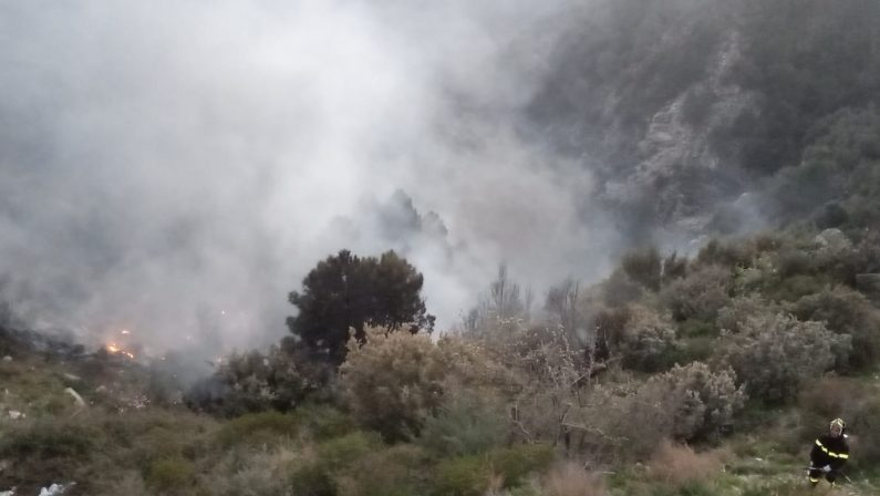 In fiamme una discarica abusiva nel Catanzaro  Molti disagi anche per i cittadini, indagini sulle cause