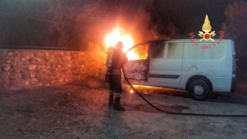 Intimidazione a ditta di Avellino che lavora in CalabriaIncendiato il furgone a Lamezia, paura in agriturismo