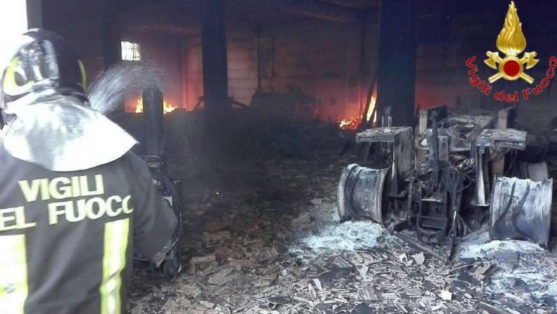 Incendiato deposito di un'azienda agricola a ViboDanni ingenti, distrutti diversi automezzi e attrezzi