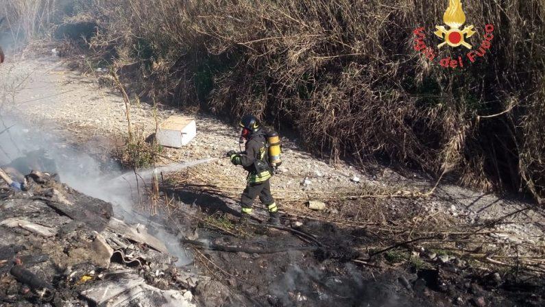 Incendiata discarica abusiva vicino un torrente  A Lamezia danni per l'ambiente, avviate indagini