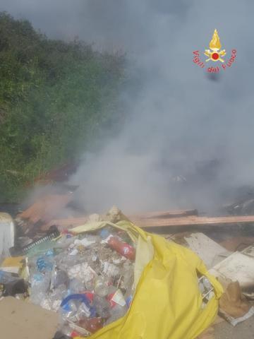 incendio rifiuti a Scordovillo di Lamezia