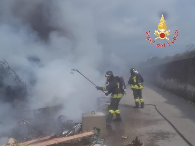 Ennesimo incendio di rifiuti nel campo rom di LameziaDisagi per ospedale e case, scortati i vigili del fuoco