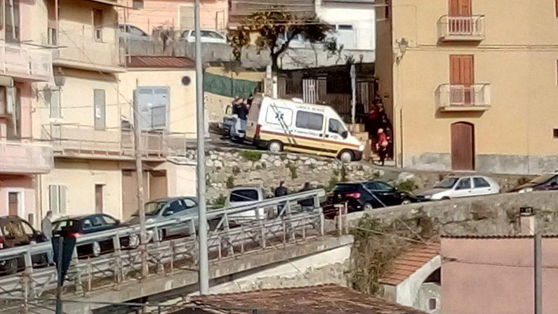 Marito e moglie trovati morti in casa a LameziaLa scoperta del figlio, disposta l'autopsia