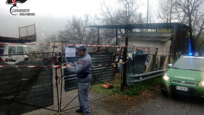 Una discarica di rifiuti speciali scoperta a LongobuccoI Carabinieri forestali sequestrano l'area, una denuncia
