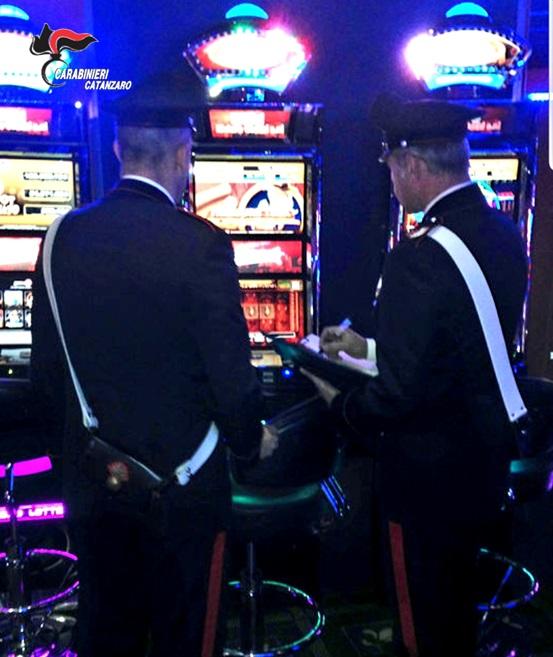 Perde 700 euro e distrugge una slot machineControlli a tappeto nel Lametino: diverse violazioni