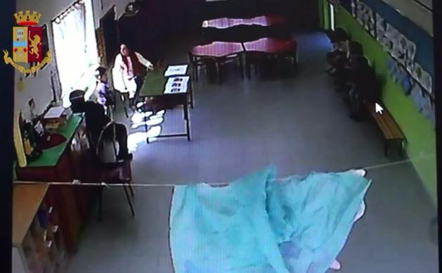 VIDEO – Le violenze sui bambini di una scuola a Lamezia, arrestate maestra e bidella