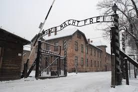 Il vuoto della generazione zero nei selfie sorridenti ad Auschwitz. L'olocausto non è una foto ricordo