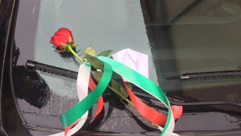 Carabiniere ucciso a Foggia, rosa e biglietto a ViboSu una gazzella il messaggio solidale:«Onore a voi»