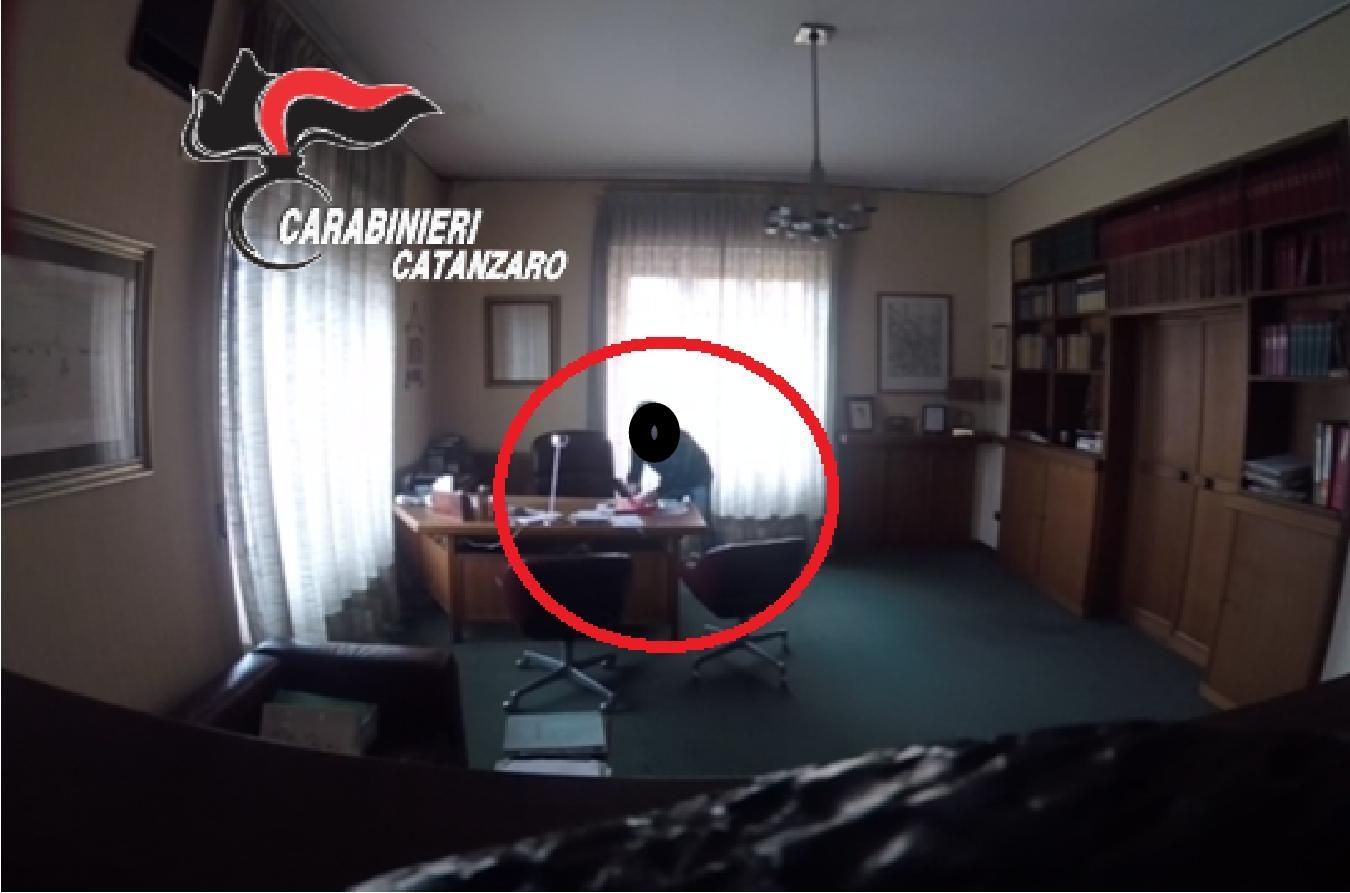VIDEO - Il furto nello studio di un avvocato di Catanzaro, arrestato il tecnico informatico