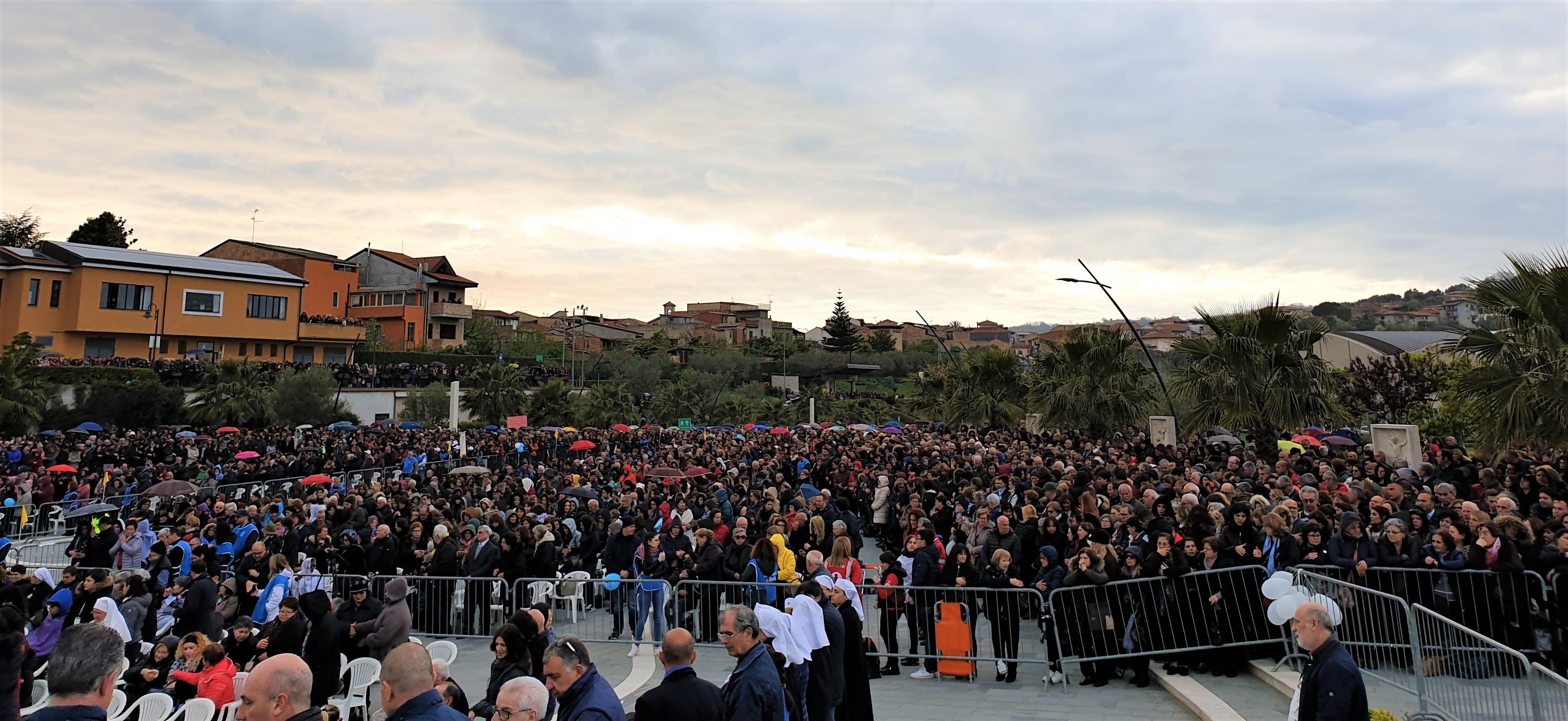 Natuzza, si insedia il tribunale per la causa di beatificazione In migliaia a Paravati nel giorno più atteso dalla sua morte