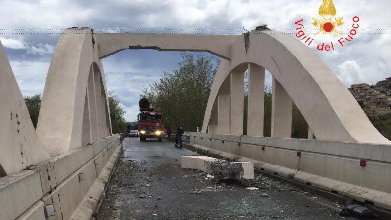 Carico di un camion impatta su trave di un ponte  Danni ingenti, statale 106 chiusa nel Catanzarese