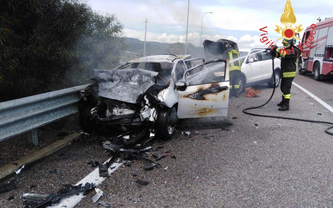 Incidente stradale sulla Statale 106 Jonica, tre feriti  Coinvolte tre auto, una ha anche preso fuoco
