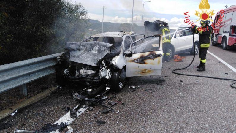 Incidente stradale sulla Statale 106 Jonica, tre feritiCoinvolte tre auto, una ha anche preso fuoco