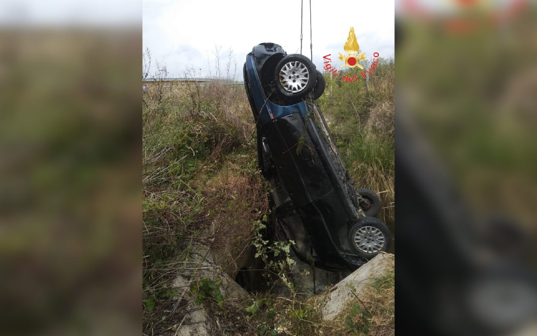 Tragico incidente stradale su viale Europa a Catanzaro  Un'auto finisce nel canale di scolo, muore un 47enne