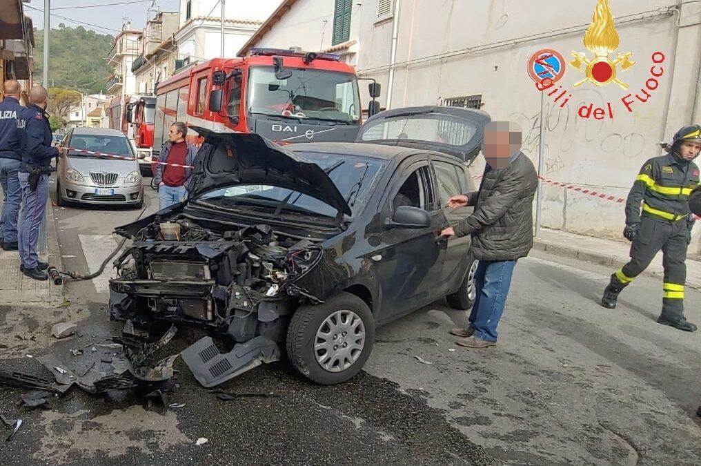 Incidente stradale in pieno centro abitato a Catanzaro  Due persone ferite, coinvolti un furgone e un'auto