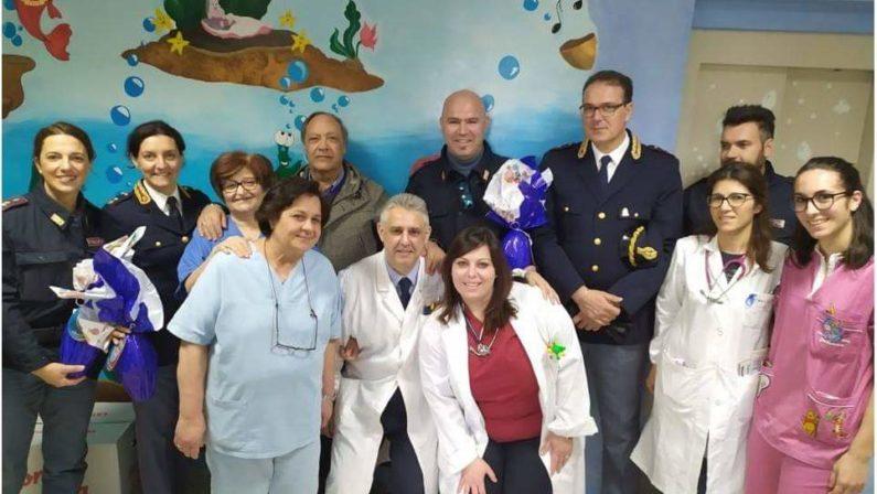 Un gesto solidale della Polizia viboneseUova di Pasqua a bambini, mamme e anziani