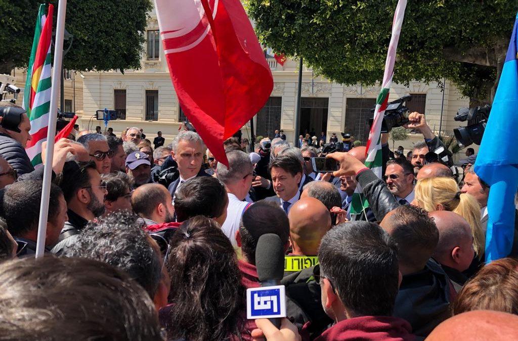 VIDEO – Il premier Conte a Reggio Calabria incontra in piazza precari e sindacalisti
