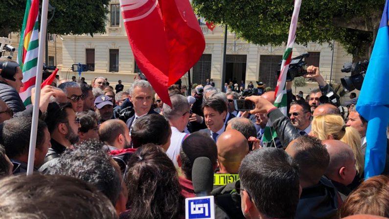 VIDEO - Il premier Conte a Reggio Calabria incontra in piazza precari e sindacalisti