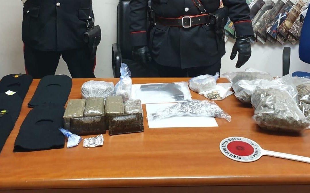 Busta di droga nascosta nel calvario nel Vibonese  Sequestro armi e stupefacenti, colpo alla 'ndrangheta