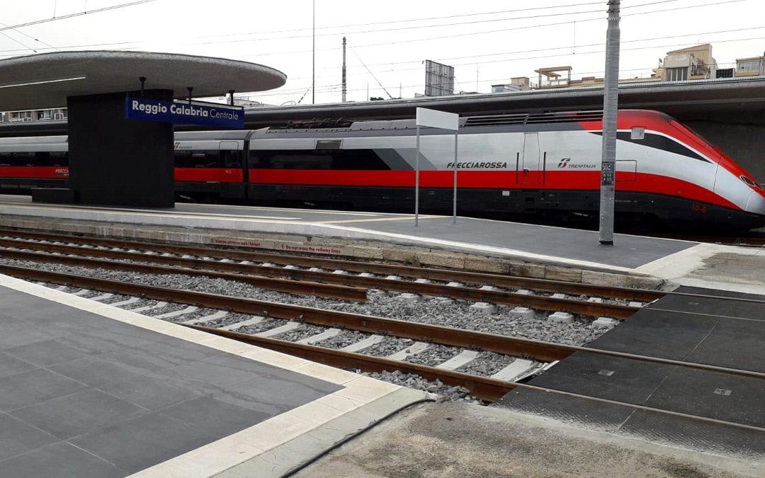 Un treno Frecciarossa sui binari della Calabria  Utilizzato dopo il guasto ad un convoglio per Reggio