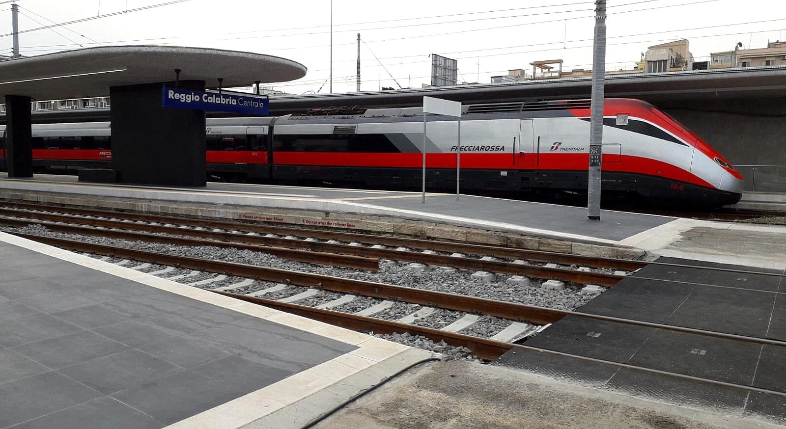 Un treno Frecciarossa sui binari della CalabriaUtilizzato dopo il guasto ad un convoglio per Reggio
