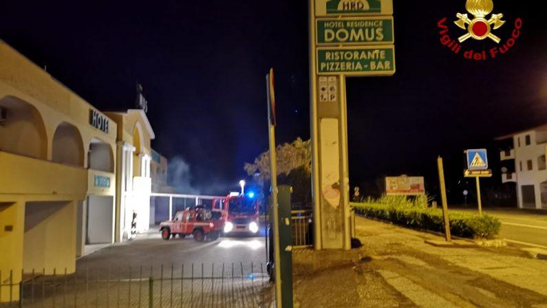 Incendio nella notte in un albergo del CosentinoDanni alla struttura, indagini sulle cause del rogo