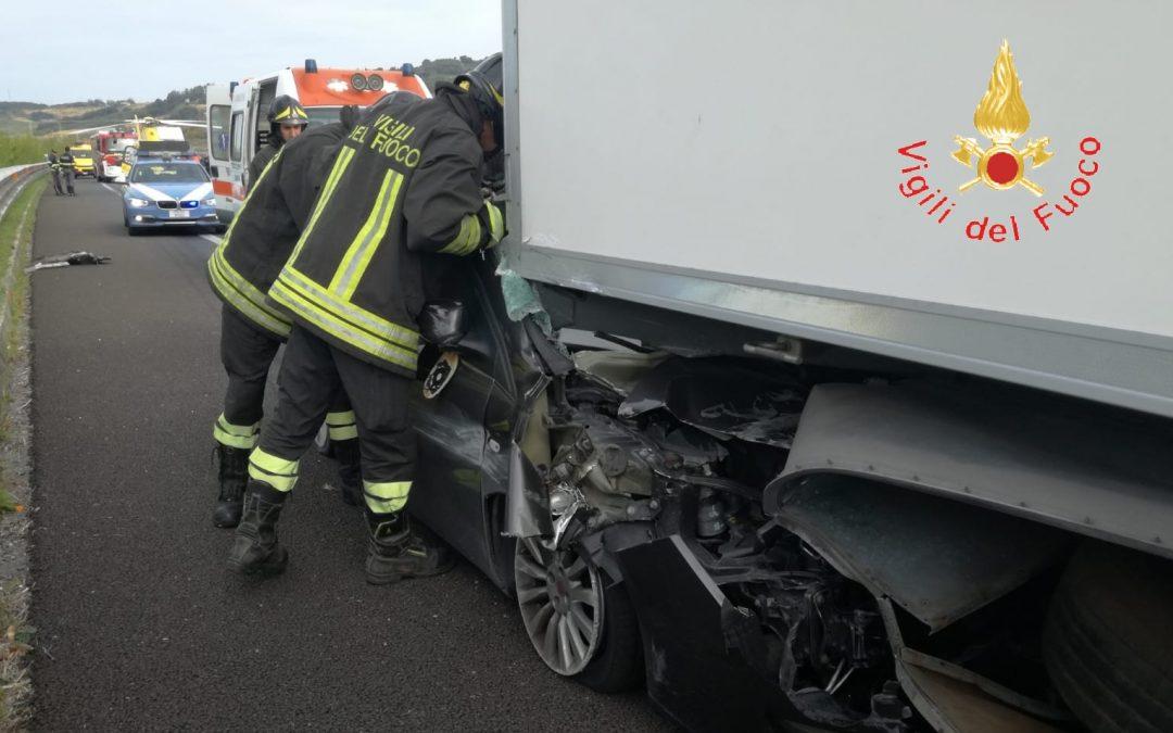 Auto tampona violentemente un Tir in autostrada  Grave un uomo, chiusa A2 nel tratto del Catanzarese