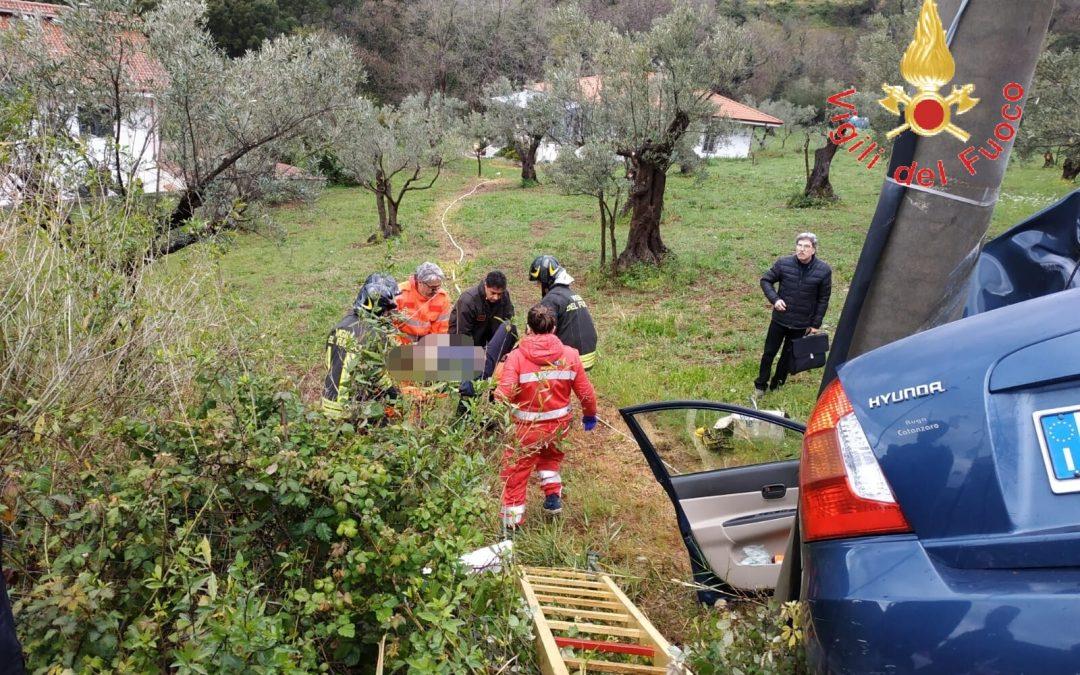 Perde il controllo dell'auto e sbatte contro un palo  L'incidente è avvenuto a Lamezia, ferito un uomo