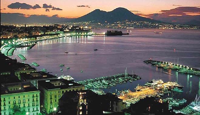 Ferito nella notte a Napoli, 'volevano rapinarmi'