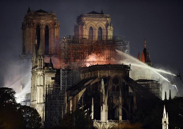 Notre Dame in fiamme, luogo di culto e ora icona popLa cattedrale repubblicana, esoterica, religiosa e laica